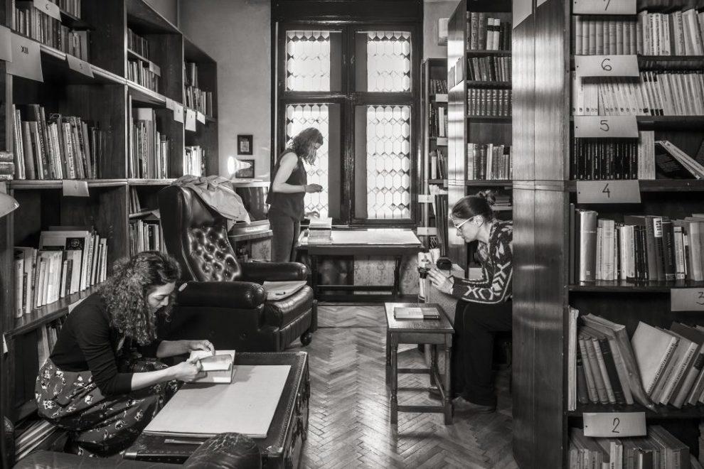 Das Team rund um Jelica Jovanović bei der Bestandsaufnahme der Haus-Bibliothek von Bogdan Bogdanović © Foto: Wolfgang Thaler